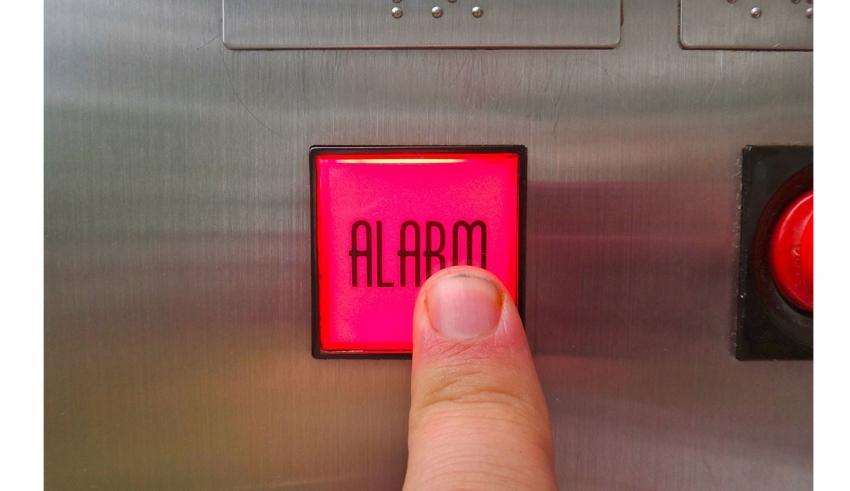 در صورتی که شخصی درون آسانسور گیر کرد چه اقدامات لازمی را انجام دهید؟ -