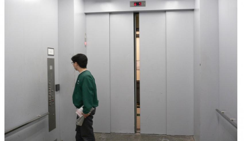 توجیح رفتار در آسانسور -